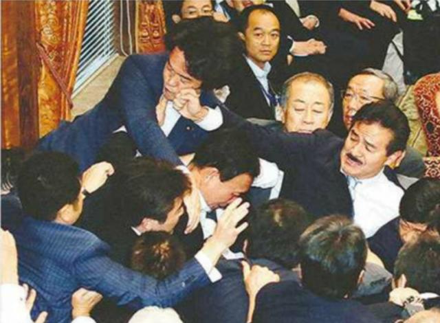 150918小西洋之氏(左上)と自民党の佐藤正久